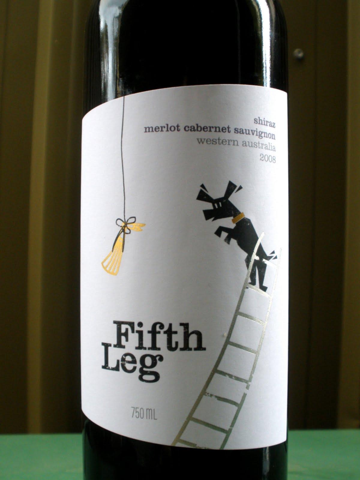 Pis del gato en un vino de arbusto de grosella espinosa
